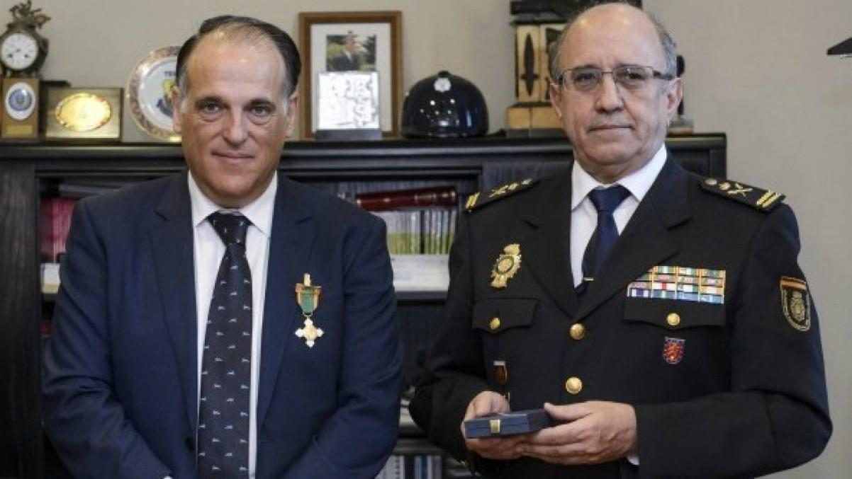 Javier Tebas recibió un reconocimiento policial en 2016 de la mano de