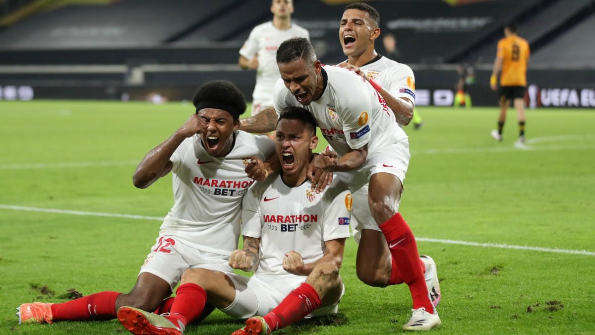 Los jugadores del Sevilla celebran el gol de Ocampos ante el Wolverhampton. (AFP)