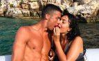 Cristiano Ronaldo y Georgina Rodríguez se besan en alta mar.