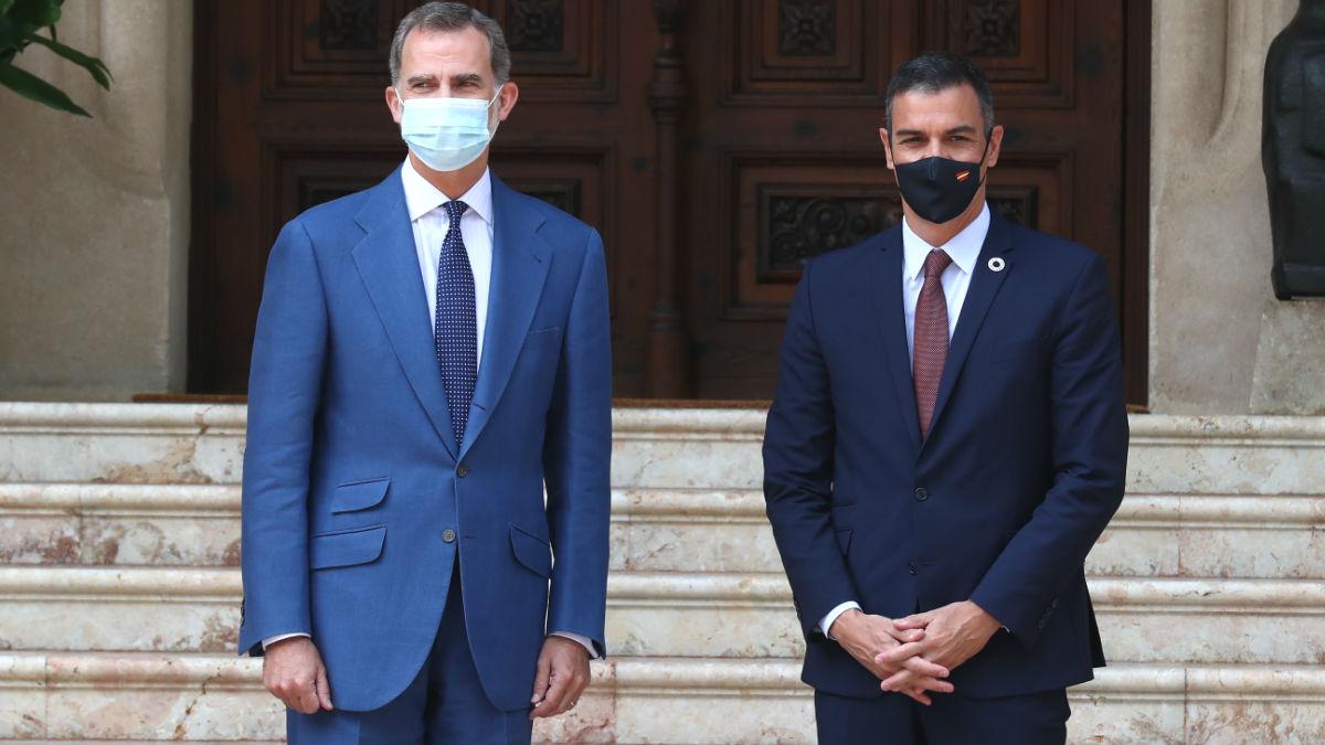 El Rey Felipe VI y el presidente del Gobierno, Pedro Sánchez, en un despacho en Marivent. (Foto: Europa Press)