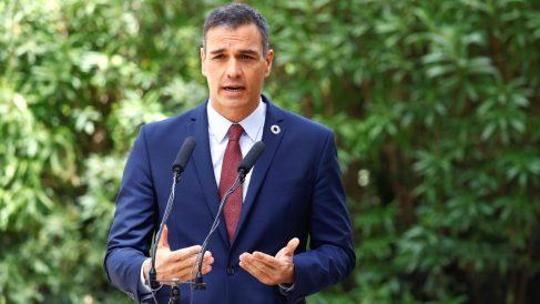 El presidente del Gobierno, Pedro Sánchez, durante su comparecencia ante los medios tras la audiencia con el rey este miércoles en el Palacio de Marivent. (Foto: Efe)