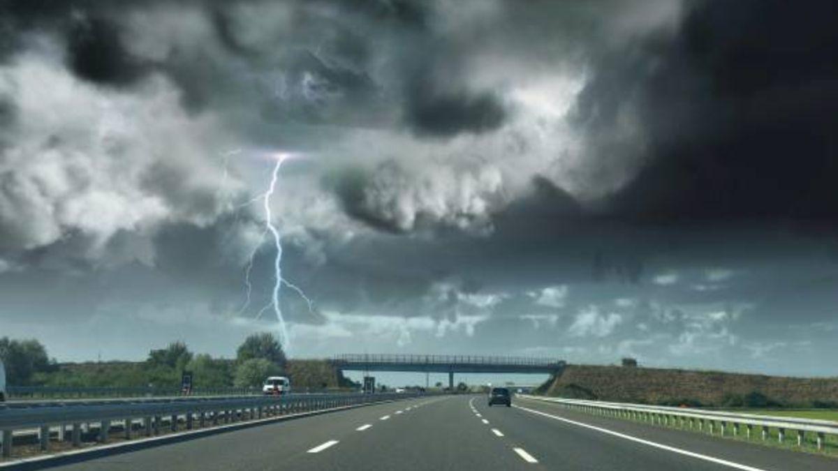 Que-hacer-si-te-pilla-una-tormenta-de-verano-en-el-coche