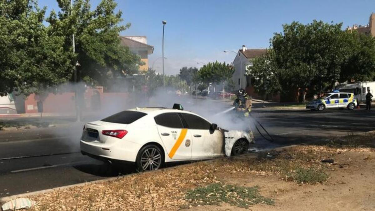 Taxi Maserati ardiendo en Sevilla