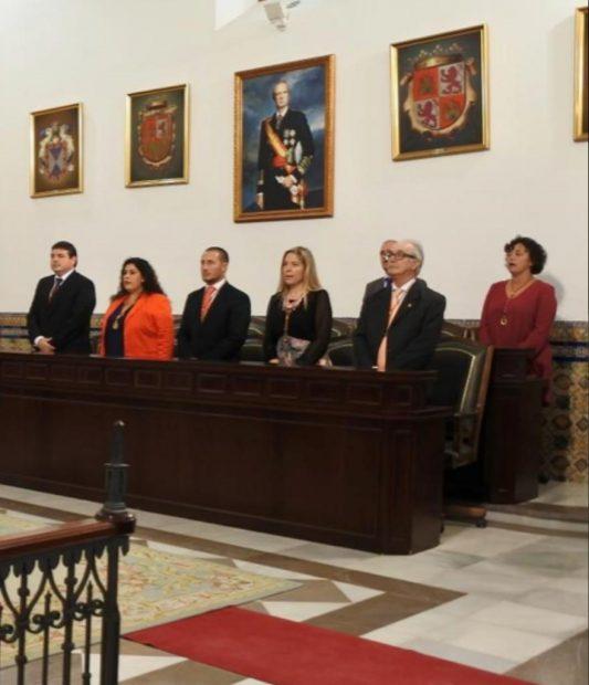 El Salón Capitular del mismo Palacio Municipal Castillo de Luna del Ayuntamiento de Rota con el cuadro del Rey Juan Carlos I.