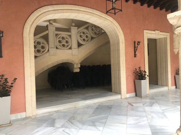 Escalera principal del Palacio Municipal Castillo de Luna, sede del Ayuntamiento de Rota, sin el busto de Juan Carlos I.