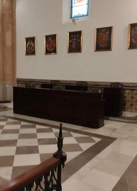 El Salón Capitular del mismo Palacio Municipal Castillo de Luna del Ayuntamiento de Rota sin el cuadro del Rey Juan Carlos I.