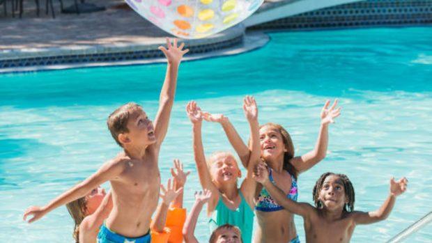 4 juegos para jugar en la piscina con los niños