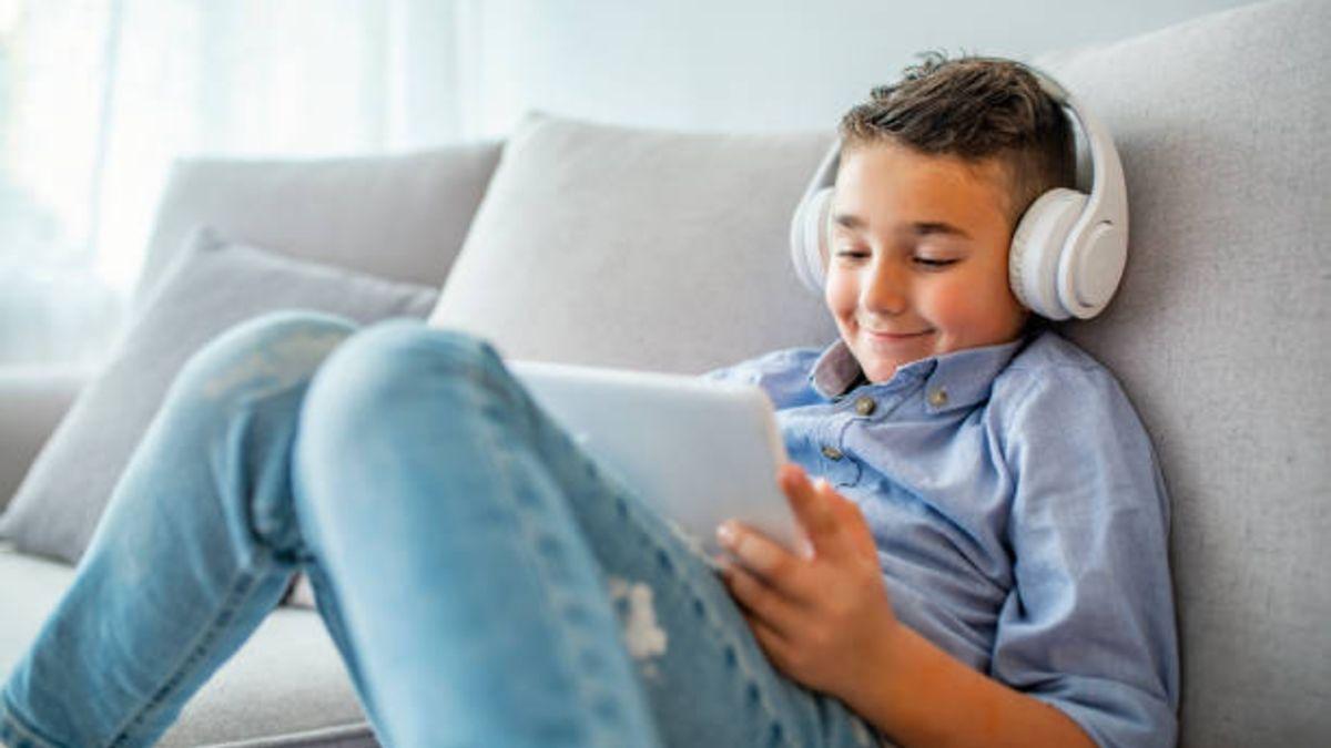 Consejos para proteger los oídos de los niños mientras usan auriculares