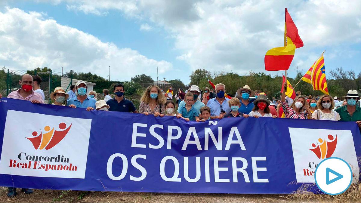 Los miembros de la Asociación Concordia Real Española que han apoyado la visita de los Reyes de España en Menorca.