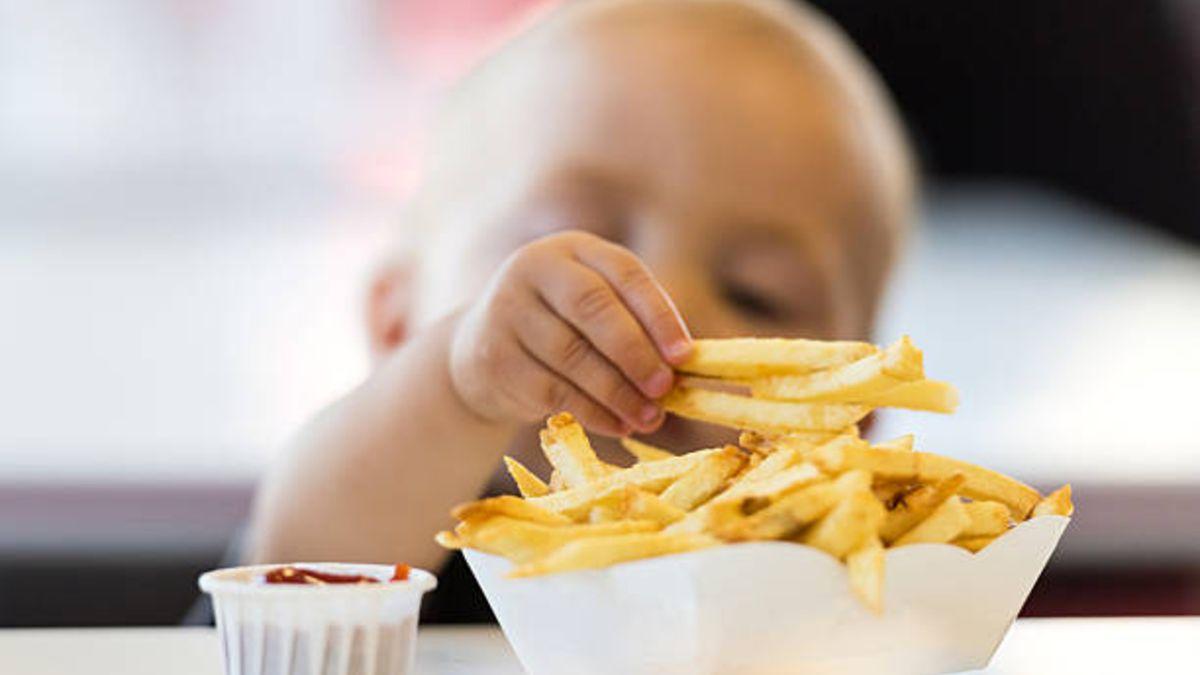 Descubre qué alimentos es mejor que los niños no coman hasta los tres años