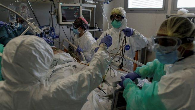Andalucía rebaja sus positivos hasta menos de 600 en 24 horas pero registra cinco muertes.