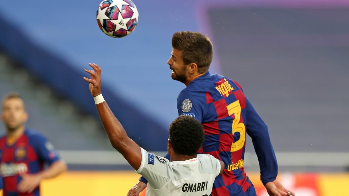 Piqué despeja un balón. (AFP)