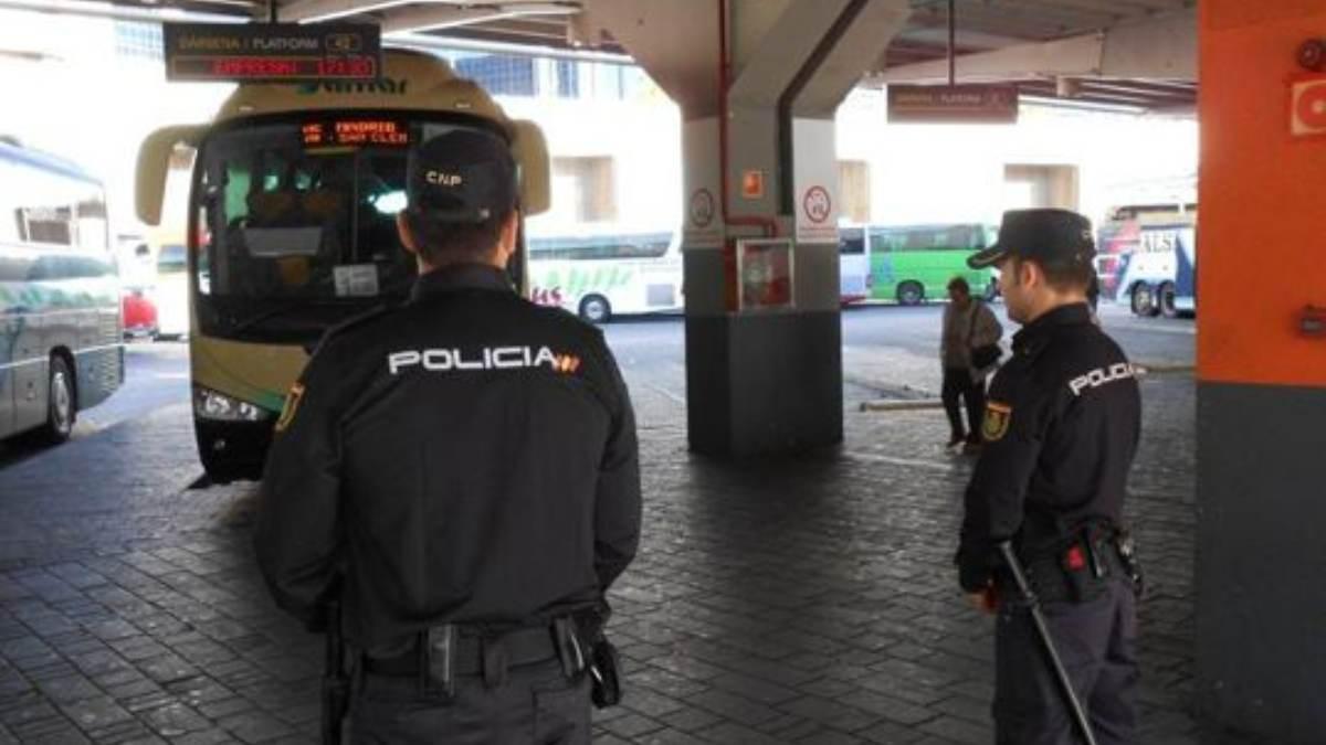 Los policías de Almería sobre los inmigrantes ilegales que llegan pateras: «Son violentos e incontrolados».