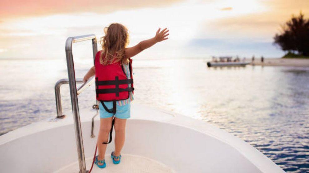 La ropa esencial que debes llevar si pasas las vacaciones con los niños en un barco