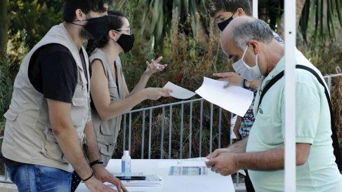 Vecinos Barcelona sometiéndose a pruebas PCR.