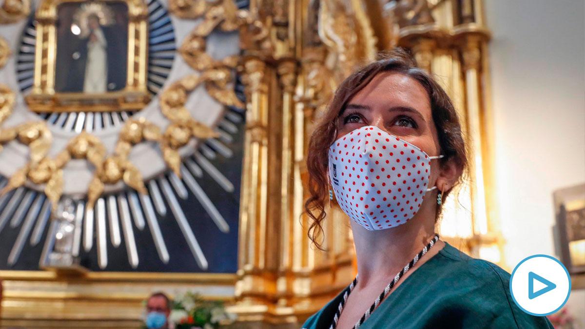 La presidenta regional, Isabel Díaz Ayuso, ante la imagen de la Virgen de la Paloma, patrona oficiosa de la capital (EFE).