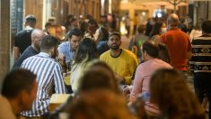 Un grupo de personas en una terraza durante la noche el mismo día en que el Ministerio de Sanidad ha decretado el cierre de ocio nocturno. (Carlos Castro. Europa Press)