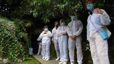El primer grupo en acceder a la cueva de Altamira tras permanecer cerrada por la pandemia del coronavirus. (Efe)