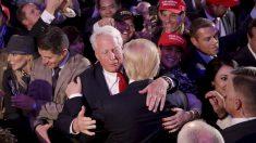 Robert Trump abraza a su hermano Donald en 2016, cuando ya era presidente electo de EEUU. (Afp)