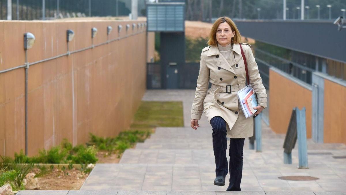 Carme Forcadell, ex presidenta del Parlament de Cataluña, saliendo de la cárcel de Mas d'Enric, en El Catllar (Tarragona). (Foto: Europa Press)