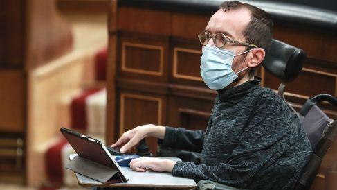El portavoz de Podemos, Pablo Echenique, con mascarilla, durante un Pleno en el Congreso. (Foto: Europa Press)
