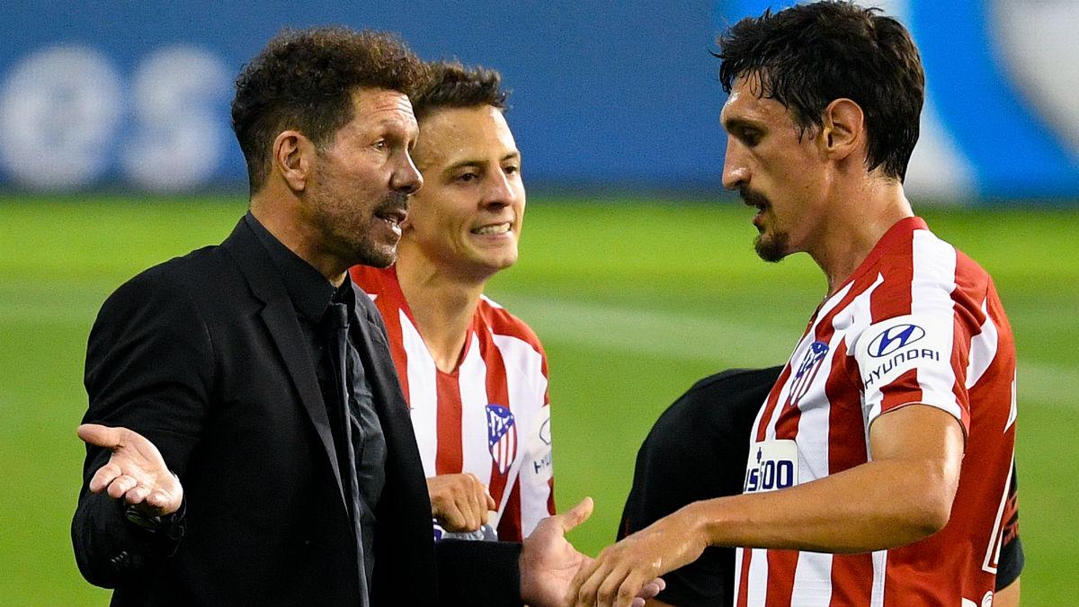 Simeone, en una imagen con Savic y Arias. (Getty)