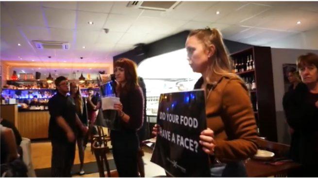 """Facebook: Uno grupo de veganos asalta un restaurante al grito de: """"No es comida es violencia"""""""