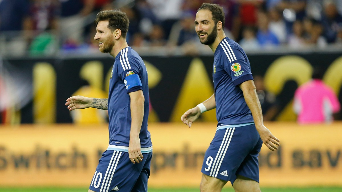 Higuain y Messi, en un partido contra selección argentina. (Getty)