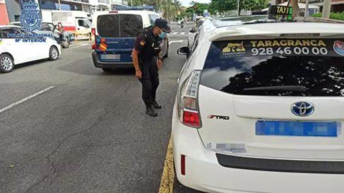Policía Nacional hablando con taxista