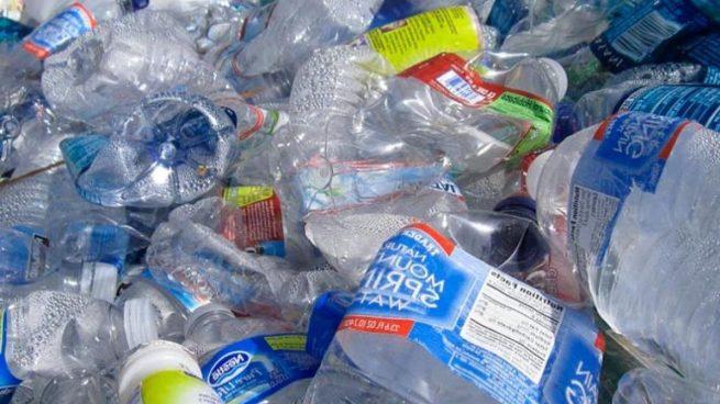 Científicos de todo el mundo llevan advirtiendo durante mucho tiempo de la presencia de plásticos en mares y océanos. Ahora, un estudio presentado esta semana en el Congreso virtual de Otoño de la Sociedad Americana de Química (ACS) ha puesto sobre la mesa un hallazgo sorprendente: se han detectado trozos de plástico en órganos y tejidos humanos. El gran problema de los microplásticos Los microplásticos se definen como fragmentos de plástico de menos de 5 milímetros. En los últimos años se han llevado a cabo numerosos estudios para determinar los graves daños que causan a la flora y a la fauna: inflamación, problemas de fertilidad... Aunque la gran mayoría de las botellas y bolsas se descomponen en el medio ambiente, contienen algunos microplásticos no biodegradables que permanecen en el entorno. Estos microplásticos terminan siendo ingeridos tanto por las personas como por los animales. ¿Cómo han llegado los plásticos a los órganos y tejidos humanos? Ya se sabía que los plásticos tenían la capacidad de atravesar el tracto gastrointestinal. Pero los autores de esta investigación querían ir un paso más allá, y saber si los microplásticos se acumulaban en los órganos y tejidos humanos. Para ello, analizaron un total de 47 muestras de tejidos del cerebro, del bazo, los pulmones, el hígado y los riñones. Los resultados confirmaron la presencia de plástico en todas las muestras analizadas. Llama especialmente la atención que apareciera el bisfenol A (BPA) en todas las muestras, teniendo en cuenta que es un material que provoca muchos problemas de salud. Se utiliza para la fabricación de envases alimentarios. Uno de los autores del estudio indica que es una conclusión muy preocupante al tratarse de materiales no biodegradables ya que no se conocen los potenciales efectos sobre la salud.