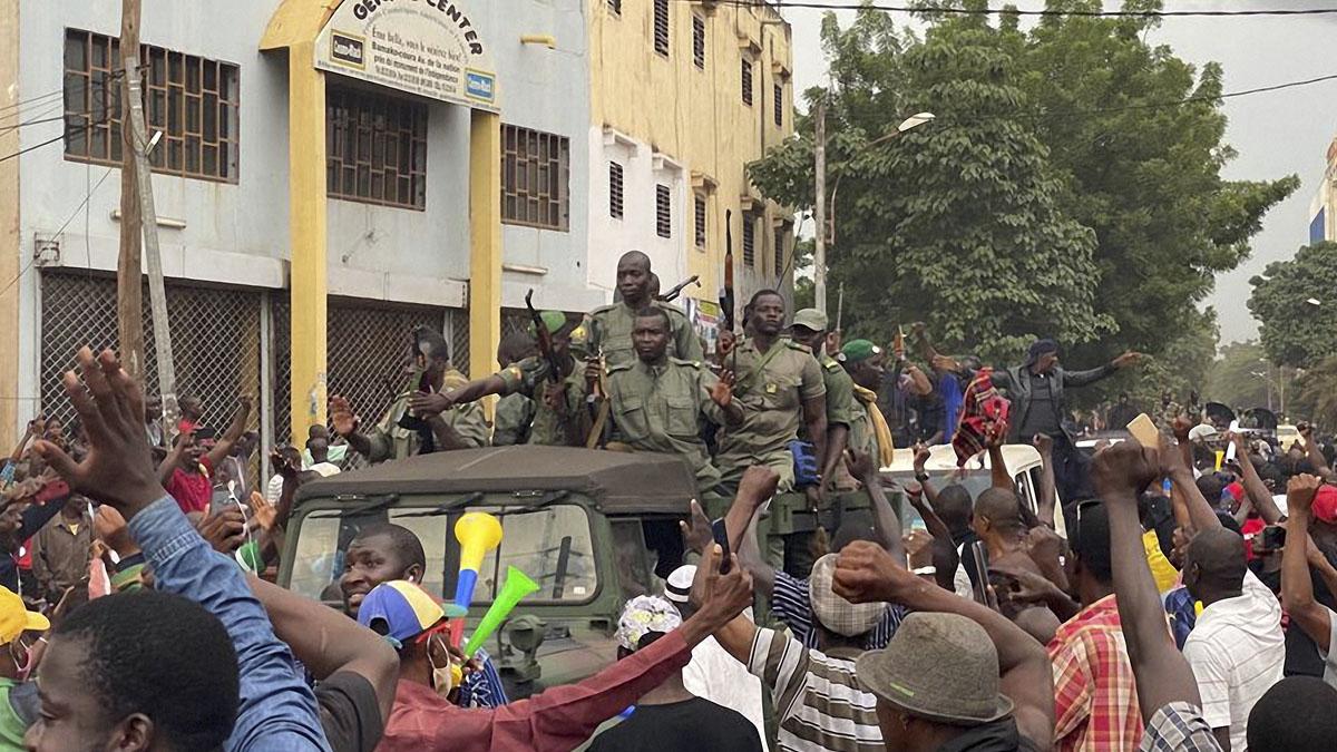 Militares celebran el golpe al Gobierno en las calles de Malí. Foto: AFP