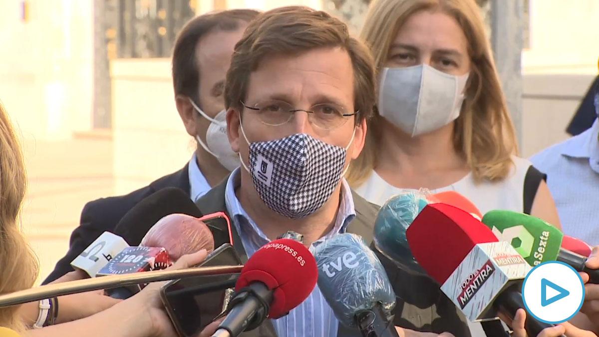 Almeida atiende a la prensa en el día de la peatonalización de la Puerta de Sol.