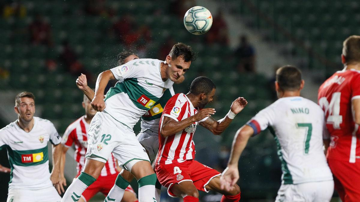 Un lance de juego del partido entre el Elche y el Girona. (EFE)