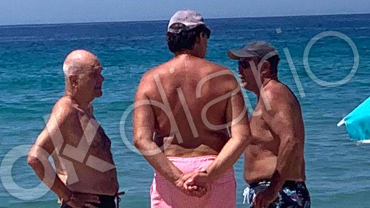 Manuel Chaves dialoga con el ministro de Justicia, Juan Carlos Campo, en una playa de Cádiz.