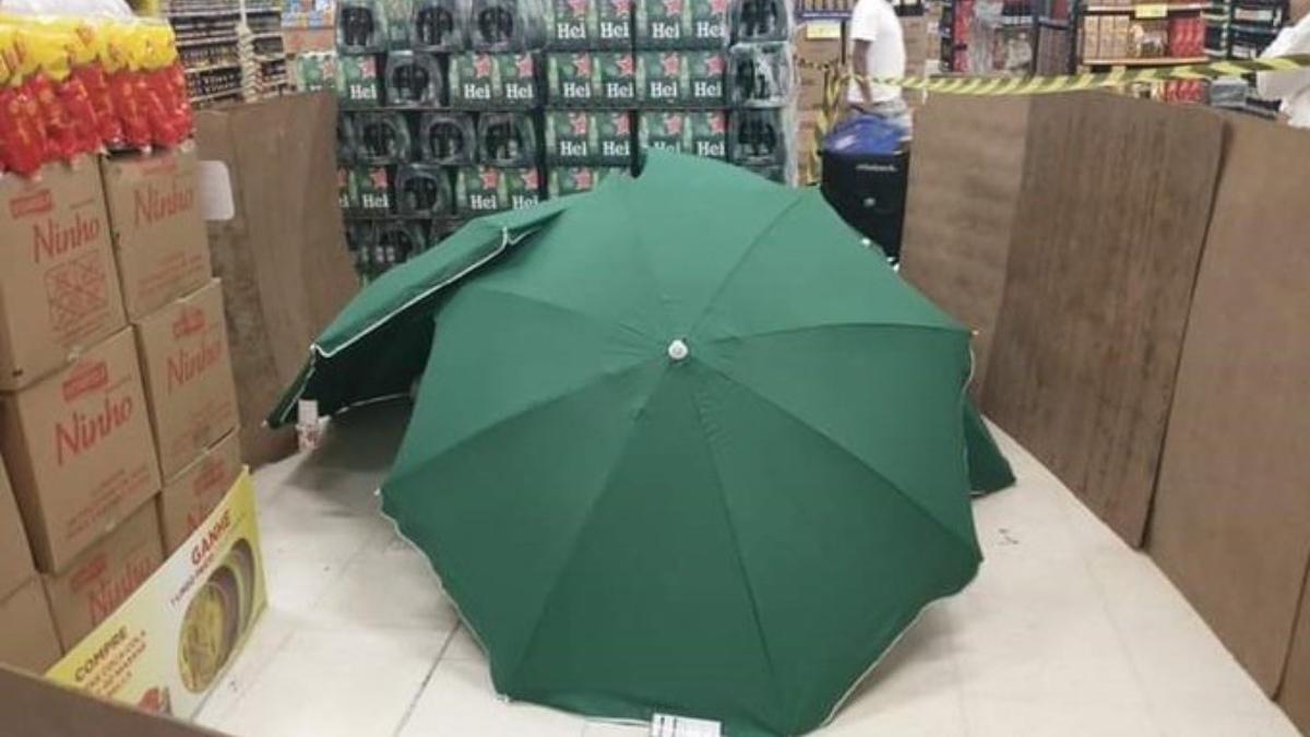 Tapan con paraguas y cajas de cerveza el cuerpo de un hombre muerto en un supermercado