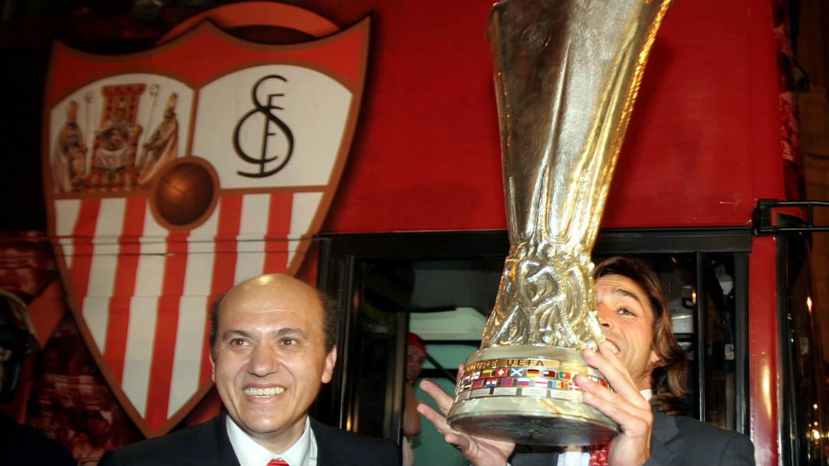 Del Nido, junto a Javi Navarro con la Europa League del Sevilla en 2006. (AFP)