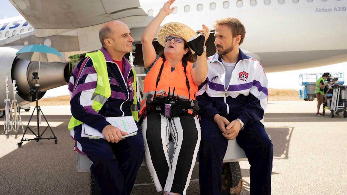 Los actores Pepe Viyuela (i) y José Mota (d) posan junto a la cineasta Ana Muragarren durante un momento del rodaje de la película 'García y García'. Efe