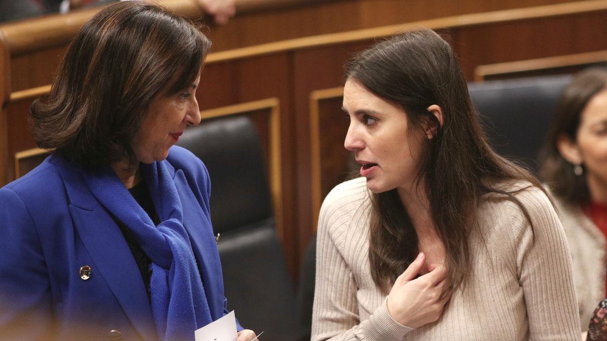 Margarita Robles, ministra de Defensa, e Irene Montero, ministra de Igualdad, durante un Pleno en el Congreso. (Foto: Europa Press)