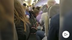 El opositor ruso grita de dolor en el avión antes de ser desembarcado.