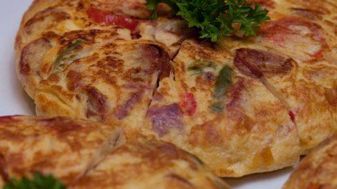 Receta de Tortilla española de patata, chorizo y queso brie