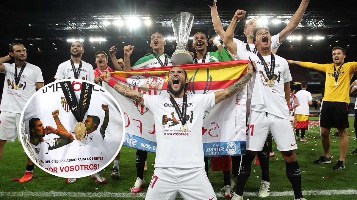El Sevilla, celebrando el título con las camisetas honoríficas.
