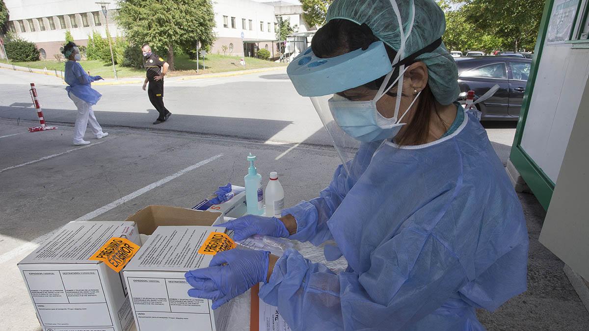 Una sanitaria realiza una prueba