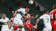 Dani Calvo pelea un balón durante el Girona-Elche. (EFE)