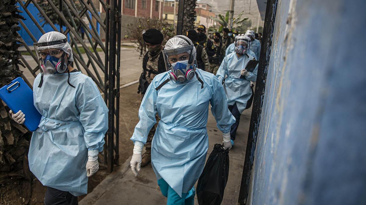 Personal sanitario recorre los barrios de Lima (Perú) en busca de casos de coronavirus. (Afp)