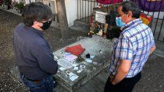 Quim torra y Carles Puigdemont ante la tumba de Machado en Colliure (Francia).