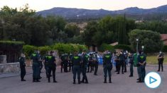 Momento del 'briefing' tras el operativo de la Guardia Civil junto a la casa de Pablo Iglesias.