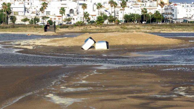 Contenedores plásticos en el mar