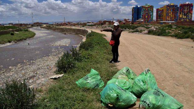 Bolsas de basura en el mar