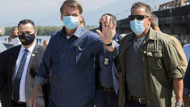 Bolsonaro abucheado en Brasil al subirse a un avión para despedir a los pasajeros