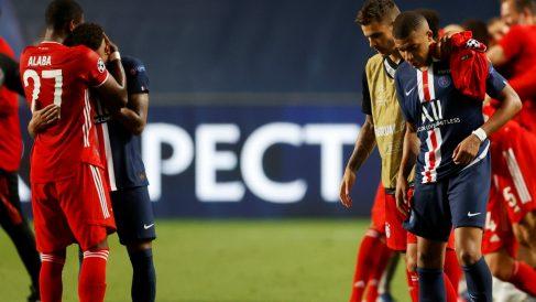 Neymar y Mbappé se lamentan tras perder la final ante el Bayern. (AFP)